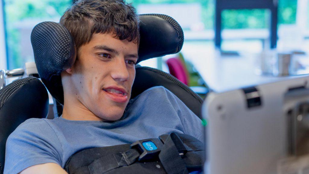 Andrei aan het werk met zijn oogbestuurde computer