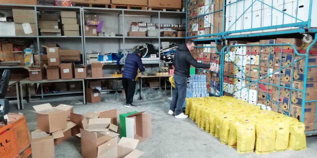 Het samnstellen van de voedselpakketten